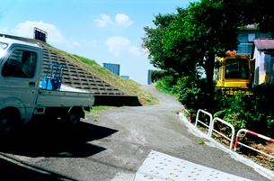 多摩川土手に上がる小道の写真素材 [FYI03375409]