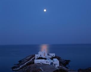 月明かりに浮かぶ教会と海 シフノス島 ギリシャの写真素材 [FYI03375418]
