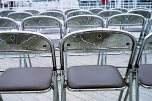 並べられた折りたたみスチール椅子の写真素材 [FYI03375443]