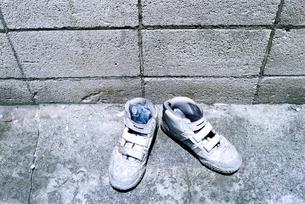 放置された白い靴の写真素材 [FYI03375453]