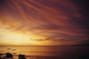 グー岬の海の夕景 ヌー島 ニューカレドニアの写真素材 [FYI03375461]