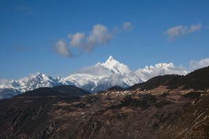 飛来寺村と梅里雪山のメツモ峰の写真素材 [FYI03375486]