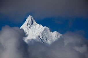 飛来寺より望む梅里雪山のメツモ峰の写真素材 [FYI03375487]