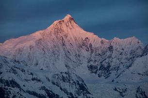 飛来寺より望む梅里雪山主峰カワカブ峰の写真素材 [FYI03375488]