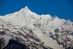 飛来寺より望む梅里雪山主峰カワカブ峰の写真素材 [FYI03375490]
