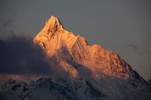 飛来寺より望む梅里雪山のメツモ峰の写真素材 [FYI03375501]