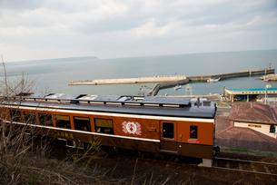 三陸鉄道北リアス線堀内駅を出発する電車の写真素材 [FYI03375524]
