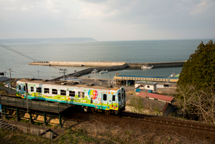 三陸鉄道北リアス線堀内駅を出発する電車の写真素材 [FYI03375526]