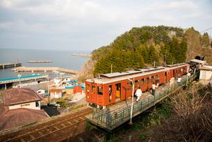 三陸鉄道北リアス線堀内駅と電車の写真素材 [FYI03375529]