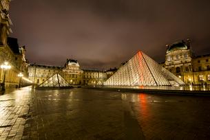 ライトアップのルーヴル美術館とナポレオン広場のピラミットの写真素材 [FYI03375607]