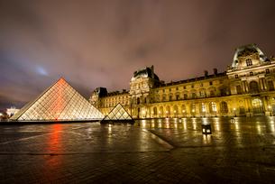 ライトアップのルーヴル美術館とナポレオン広場のピラミットの写真素材 [FYI03375612]