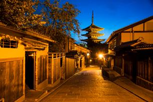 夕暮れの八坂道と東山花灯路の写真素材 [FYI03375617]