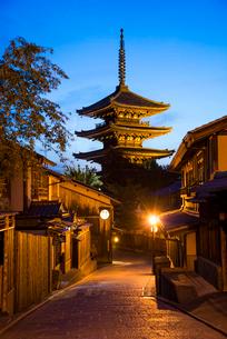 夕暮れの八坂道と東山花灯路の写真素材 [FYI03375623]