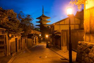 夕暮れの八坂道と東山花灯路の写真素材 [FYI03375648]