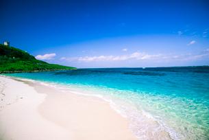 宮古島 来間島 白砂のビーチとコバルトブルーの海の写真素材 [FYI03375690]