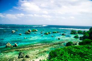 東平安名崎より隆起珊瑚礁とエメラルドグリーンの海遠望 の写真素材 [FYI03375705]