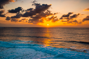 宮古島 東平安名崎より朝焼けに染まる海と日の出の写真素材 [FYI03375715]