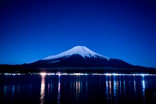 山中湖湖畔より富士山と冬の星座の写真素材 [FYI03375743]