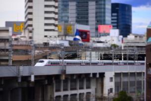 秋田新幹線と仙台の街並みの写真素材 [FYI03375751]