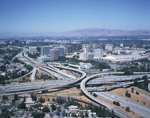 シリコンバレーのインターチェンジとビル群の風景 アメリカの写真素材 [FYI03375992]
