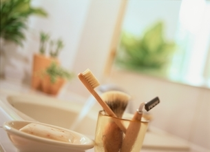 洗面台にシェーヴィングセットと石鹸の写真素材 [FYI03376062]