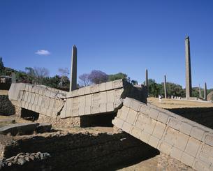 倒れたオベリスク  アクスム エチオピアの写真素材 [FYI03376087]