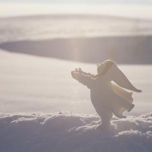 雪上の丘の妖精人形のアップ フォトイラスト 美瑛 北海道の写真素材 [FYI03376116]