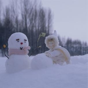雪だるまと丘の妖精人形のアップ フォトイラスト 美瑛の写真素材 [FYI03376123]