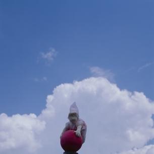 空と雲と丘の妖精人形 フォトイラスト 美瑛 北海道の写真素材 [FYI03376124]