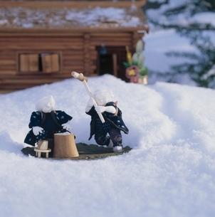 雪上の丘の妖精人形 フォトイラスト 旭川郊外 美瑛 北海道の写真素材 [FYI03376129]