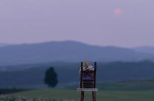 いすに座る丘の妖精人形 フォトイラスト 美瑛 北海道の写真素材 [FYI03376131]