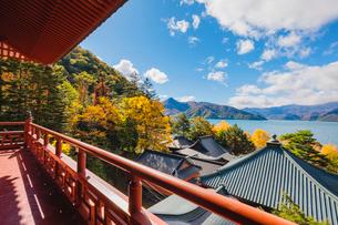 奥日光 立木観音の五大堂の欄干と中禅寺湖の写真素材 [FYI03376153]