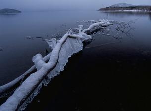 つららの凍る弟子屈湖の写真素材 [FYI03376156]