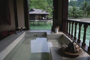 水上コテージのバスルーム マレーシアの写真素材 [FYI03376193]