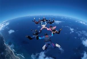 フォーメーションスカイダイビングの空撮 ハワイ アメリカの写真素材 [FYI03376212]