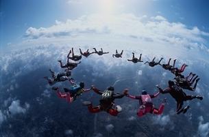 フォーメーションスカイダイビングと雲の空撮の写真素材 [FYI03376213]