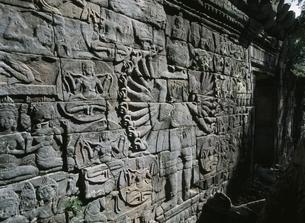 バンティアイチュマールの千手観音のレリーフ カンボジアの写真素材 [FYI03376214]