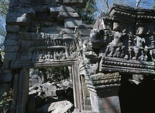 バンティアイチュマールの城門の彫刻 カンボジアの写真素材 [FYI03376216]