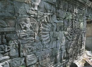 バンティアイチュマールの千手観音のレリーフ カンボジアの写真素材 [FYI03376217]