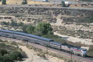 荒地と電車 ロス郊外 アメリカの写真素材 [FYI03376218]
