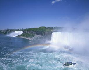 虹かかるナイアガラの滝と霧の乙女号 カナダの写真素材 [FYI03376230]