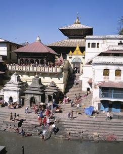 パシュパティナート寺院前 カトマンズ ネパールの写真素材 [FYI03376248]
