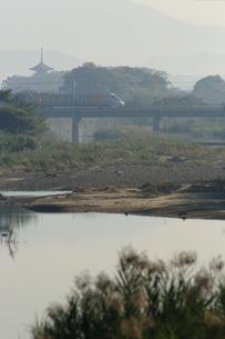 朝の五重塔と財田川と予讃線の写真素材 [FYI03376263]