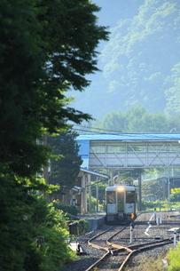 茂市駅を出るディーゼルカーの写真素材 [FYI03376264]