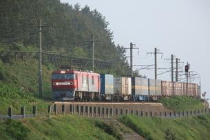 津軽線を走行するJR貨物列車の写真素材 [FYI03376270]
