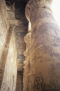 ラムセス3世葬祭殿の石柱   エジプトの写真素材 [FYI03376414]