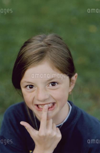 ポーズをとる女の子の写真素材 [FYI03376420]