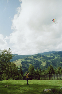 凧揚げをする女の子の写真素材 [FYI03376422]