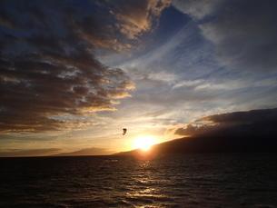 夕日とカイトサーフィンの写真素材 [FYI03376441]
