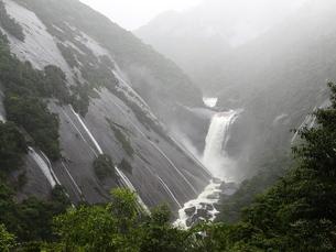大雨の後の千尋滝の写真素材 [FYI03376454]